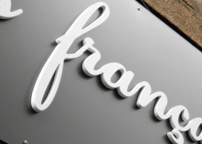 Lettres et logos découpés